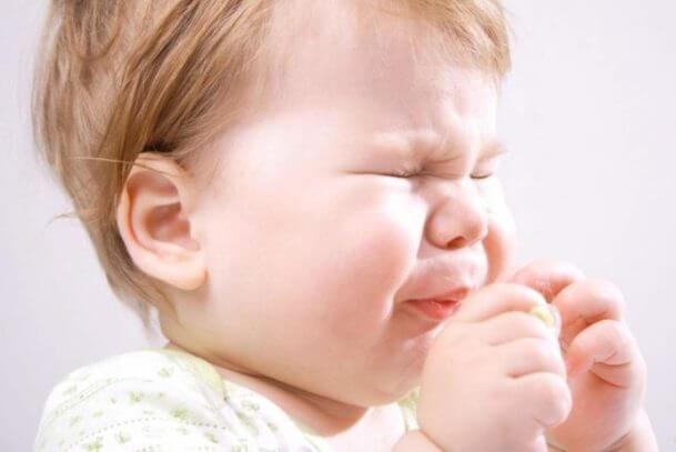Дитина часто чхає: що робити?