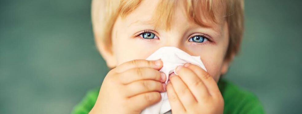 Ребенок часто чихает: причины, что делать
